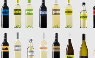 Weinflaschen nebeneinander und untereinander ufgereiht